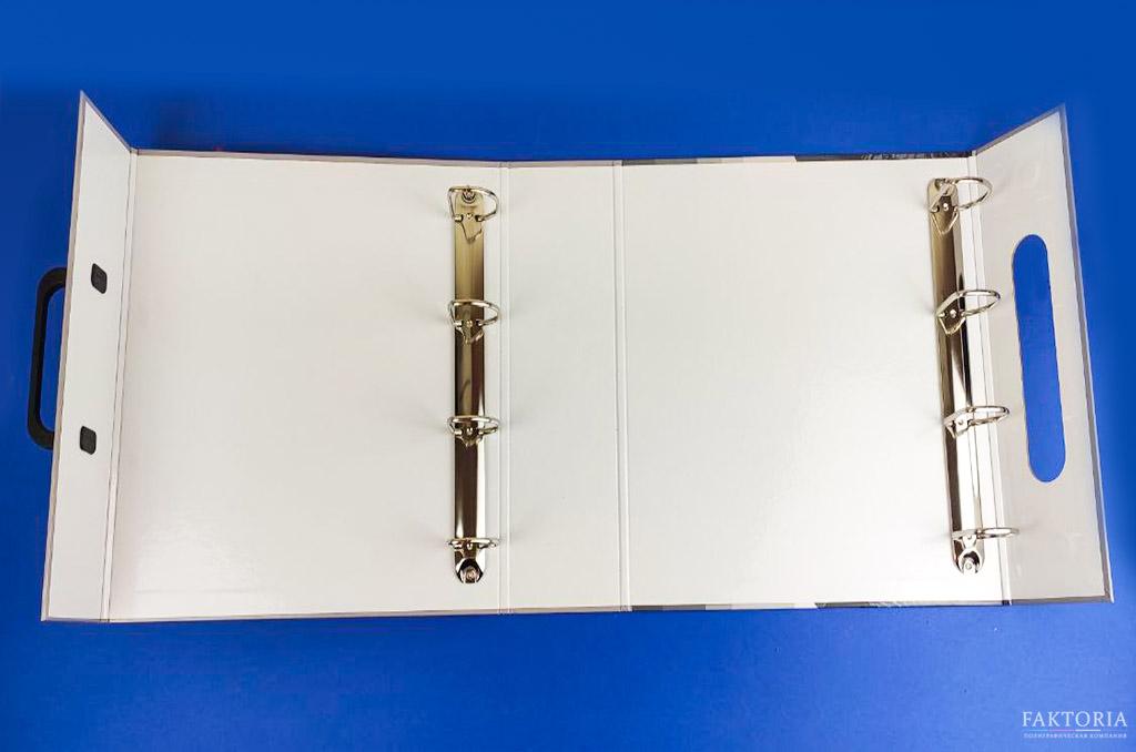 Папка с кольцами с ручкой в развороте